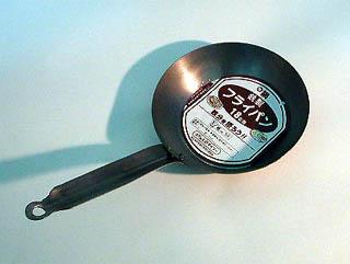 フライパン(18cm) 鉄の厚さは1mmなのでまぁまぁ使えそう。 仕上... 100円ショップで