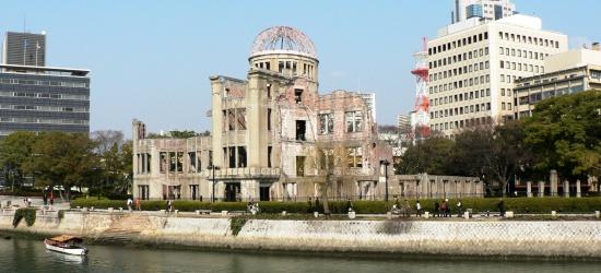 現在の原爆ドーム(旧:広島県産業奨励館) . 原爆死没者慰霊碑から見た... 原子爆弾/広島
