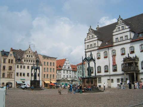 ヴィッテンベルク市庁舎(右の建物) 2005.7.1 ヴィッテンベルクドイツの町には必ず広場というものがある。そしてそこには市庁舎がある。これも同じ。