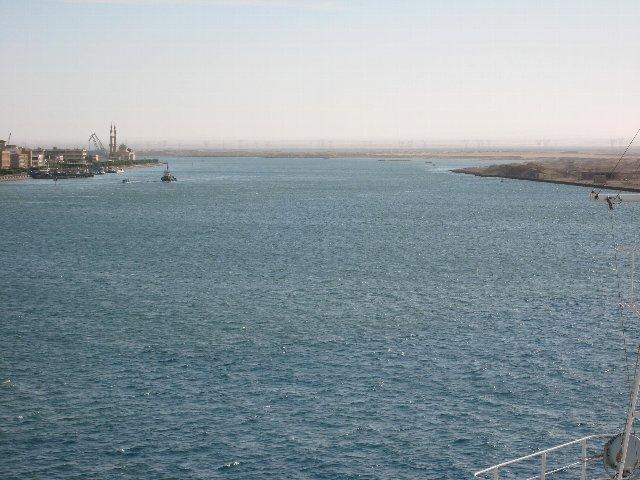 スエズ運河に入る直前 スエズ運河に入った スエズ運河の左舷にはカイロの建物が見える スエズ運河の