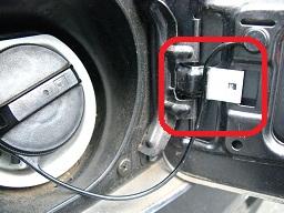 ストリング(給油キャップの脱落防止ひも)の位置に注目