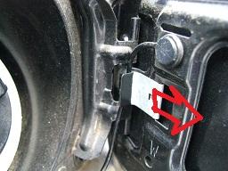 ストリング(給油キャップの樹脂ひも)がツメ(突起)の奥で巻き込まれる位置