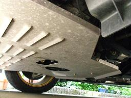 PROVA製 アルミアンダーガードの開口部にドレン部が位置する