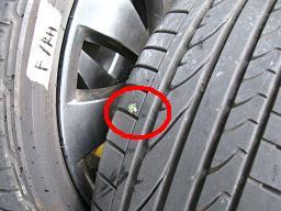 タイヤのトレッド面に現れた異物の全景