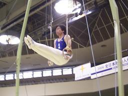 競技会で吊り輪の演技中の筆者