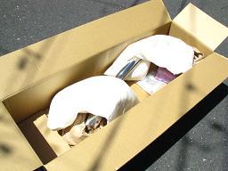 梱包を開いたところ。両端フランジ部と本体に各2個ずつの緩衝材がある