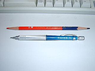 0.9mmのシャープペンシルと7:3の色鉛筆