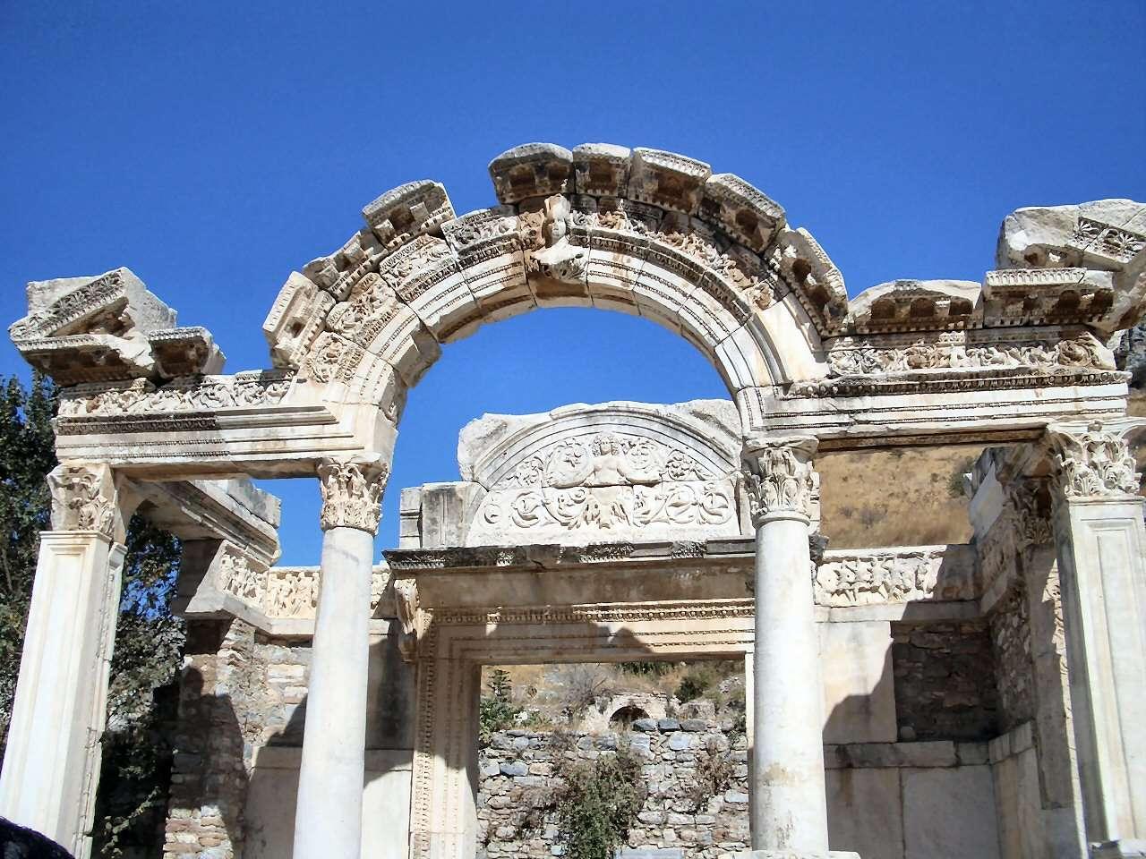 美しい装飾のハドリアヌス神殿 ...