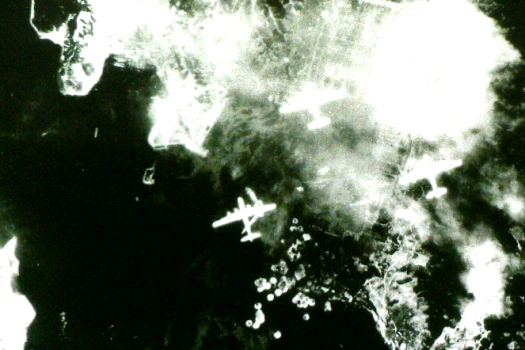 呉海軍工廠への爆撃/米軍機撮影 鍋山第一公園 広島県呉市 呉空襲犠牲者... 呉海軍工廠爆撃