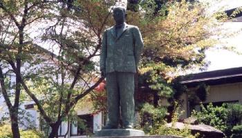 背広姿の米内の銅像